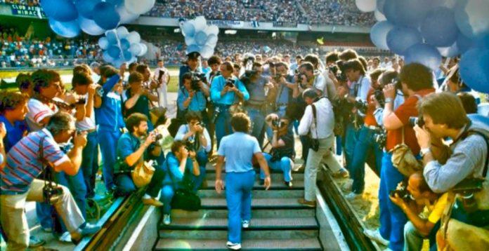 Diego Armando Maradona all'arrivo a Napoli