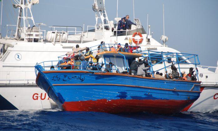 Un soccorso di migranti della guardia costiera