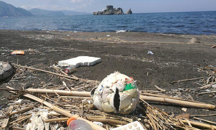 Rifiuti in spiaggia indagine Legambiente