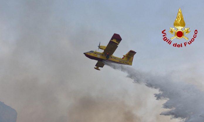 Vigili del fuoco spengono incendi