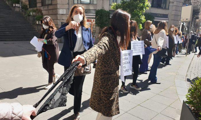 Flash mob delle mutande a Napoli